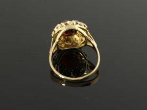 14 karaat gouden ring met granaat in de vorm van een bloem.