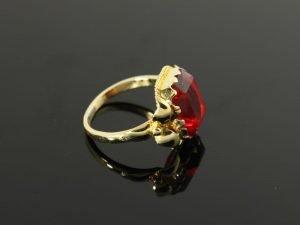 14 karaat gouden ring met rode steen.