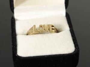 "14 karaat gouden ring ""LOVE"""