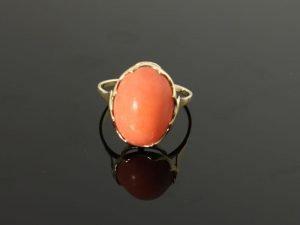14 karaat gouden ring met bloedkoraal.