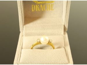 18 karaat gouden ring merk Drache met parel en briljant.