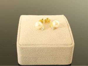 18 karaat gouden oorbellen merk Drache met parel en briljant.