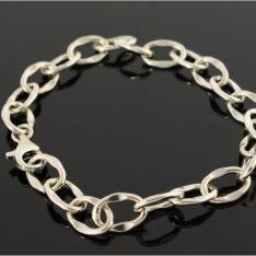 Zilveren armband met fantasieschakel.