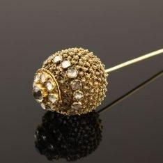 14 karaat gouden kroonspeld versierd met glassteentjes.