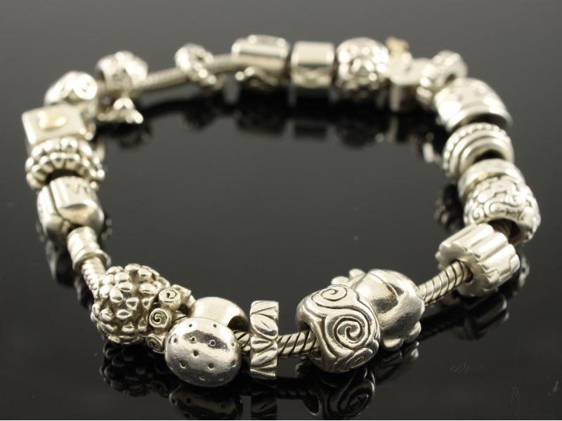 Zilveren bedel Pandora armband.