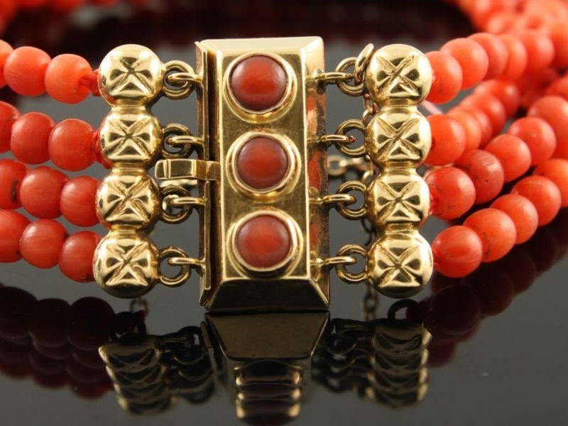 Bloedkoraal armband 4 rijen met gouden slot.
