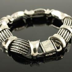 Zilveren bewerkte schakelarmband.