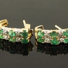 14 karaat gouden oorstekers met briljant en smaragd.
