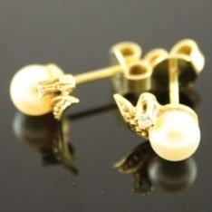 14 karaat gouden oorstekers met parel en briljant.
