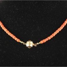 Bloedkoraal collier met 14 karaat gouden tonslot.