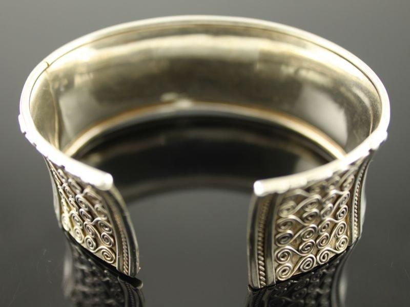 Zilveren klemarmband.