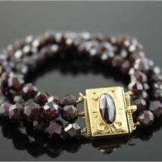 Granaat armband met 14 karaat gouden slot.