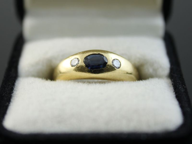 18 karaat gouden ring met briljant en saffier.