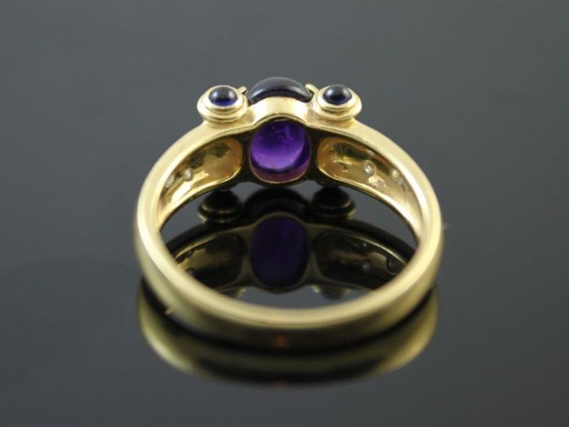 18 karaat gouden ring met saffier en briljant.