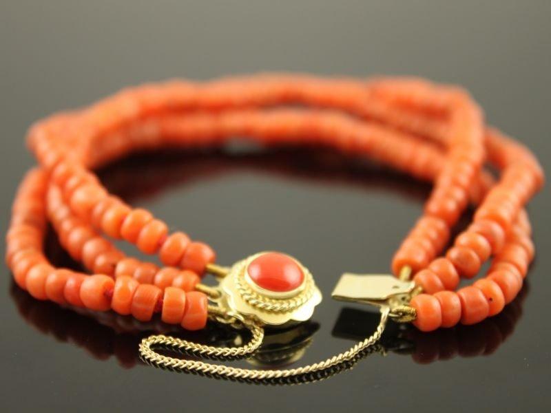 Bloedkoraal armband met 14 karaat gouden slot.