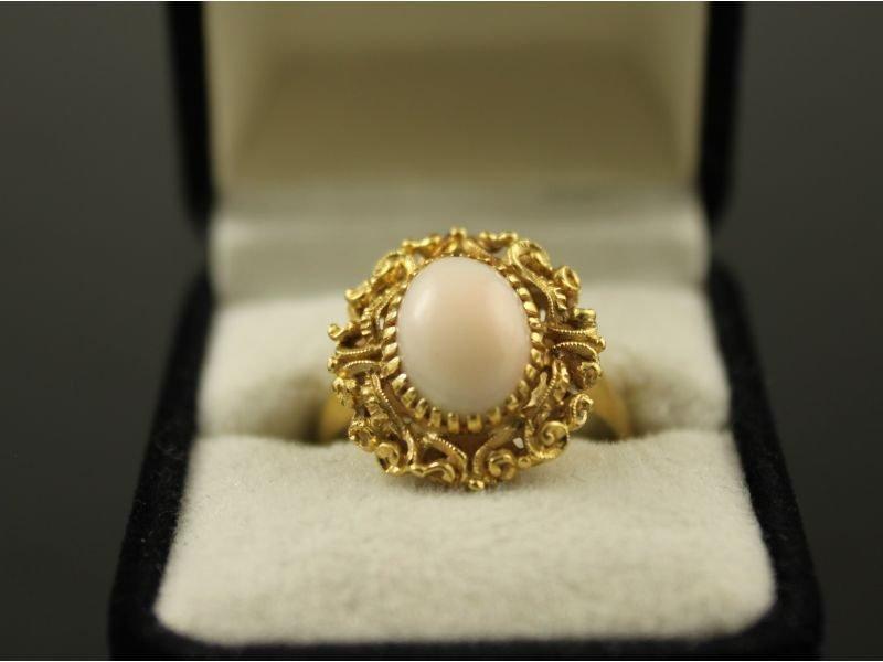 14 karaat gouden ring met opaal.