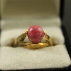 14 karaat gouden ring met edelsteen.