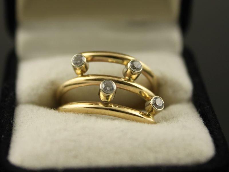 14 karaat gouden ring met zirkonia.
