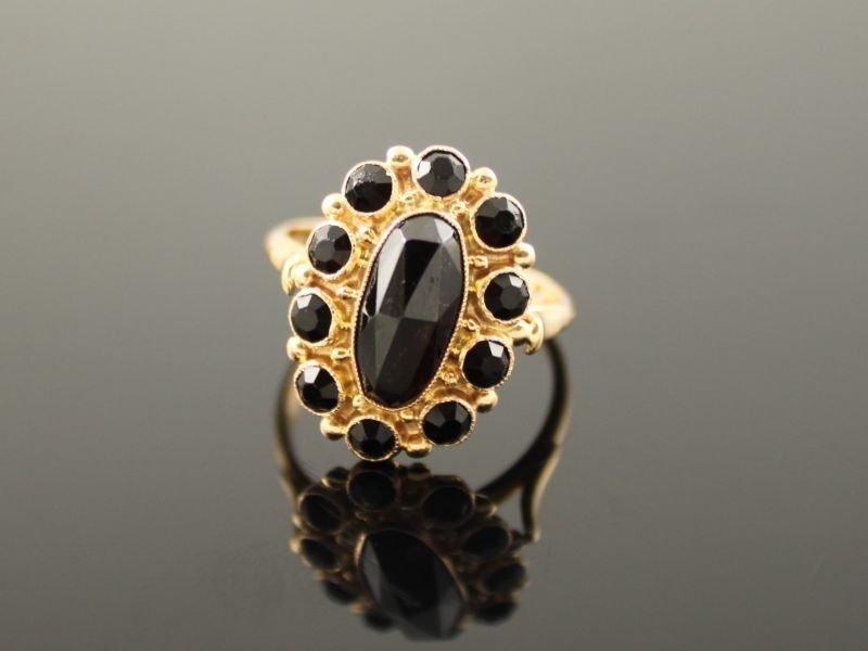 14 karaat gouden ring met granaat.