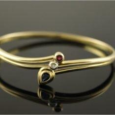 14 karaat gouden armband met saffier, robijn en briljant.