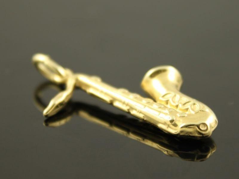 14 karaat gouden hanger: Saxofoon.